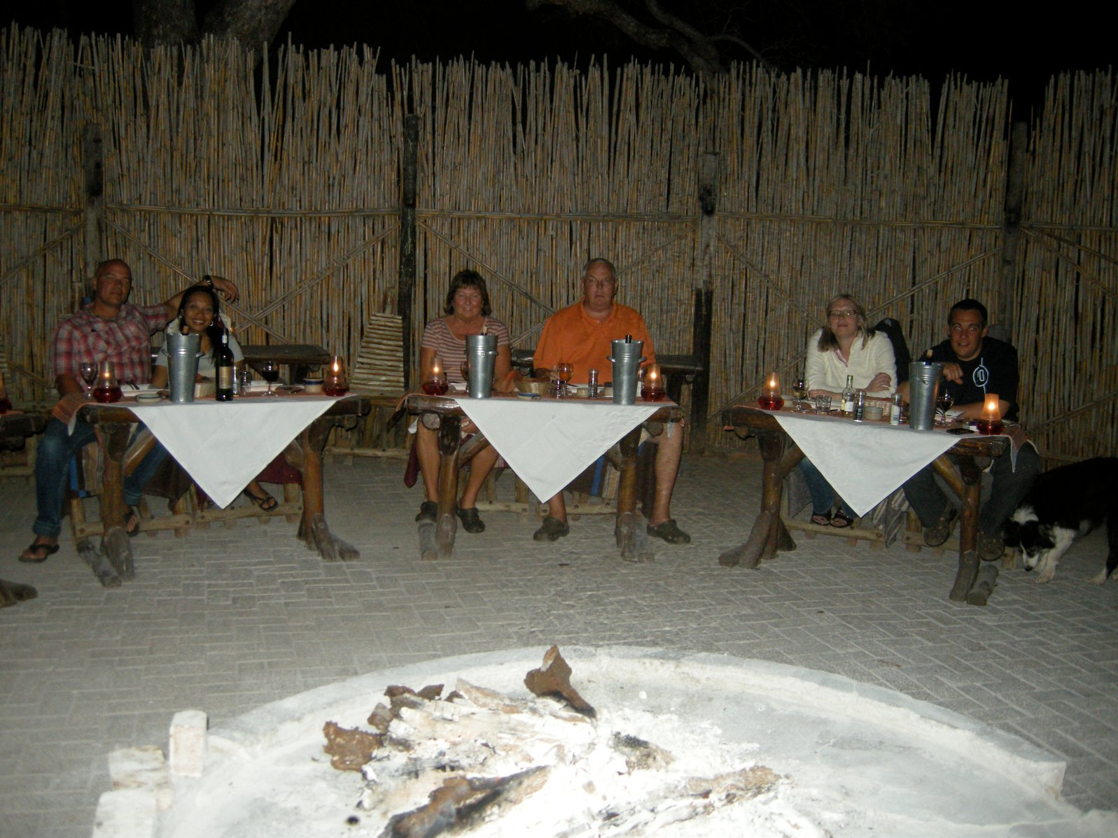 vindskyddad uteplats vid Mohlabetsi Safari Lodge